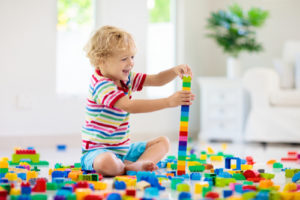 Niño rehabilitación jugando